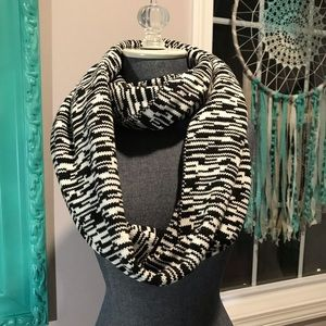 NWOT Black and white infinity scarf